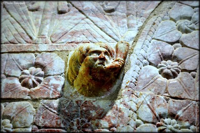 Personnage soufflant du cor à l'intérieur du Prieuré