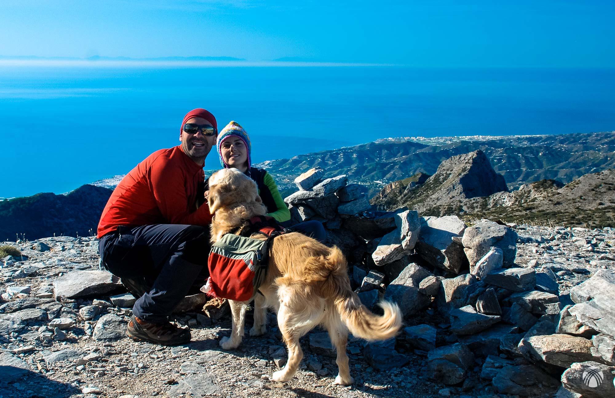 Una familia feliz que ve las montañas de África