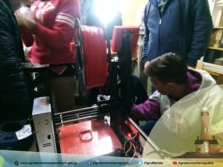 Alumnos del IASJO mostrando la Impresora 3D