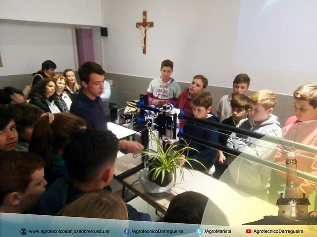 Alumnos del IASJO presentando el prototipo de riego CNC