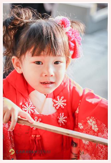 七五三参り 手水舎で手を清める3歳の女の子