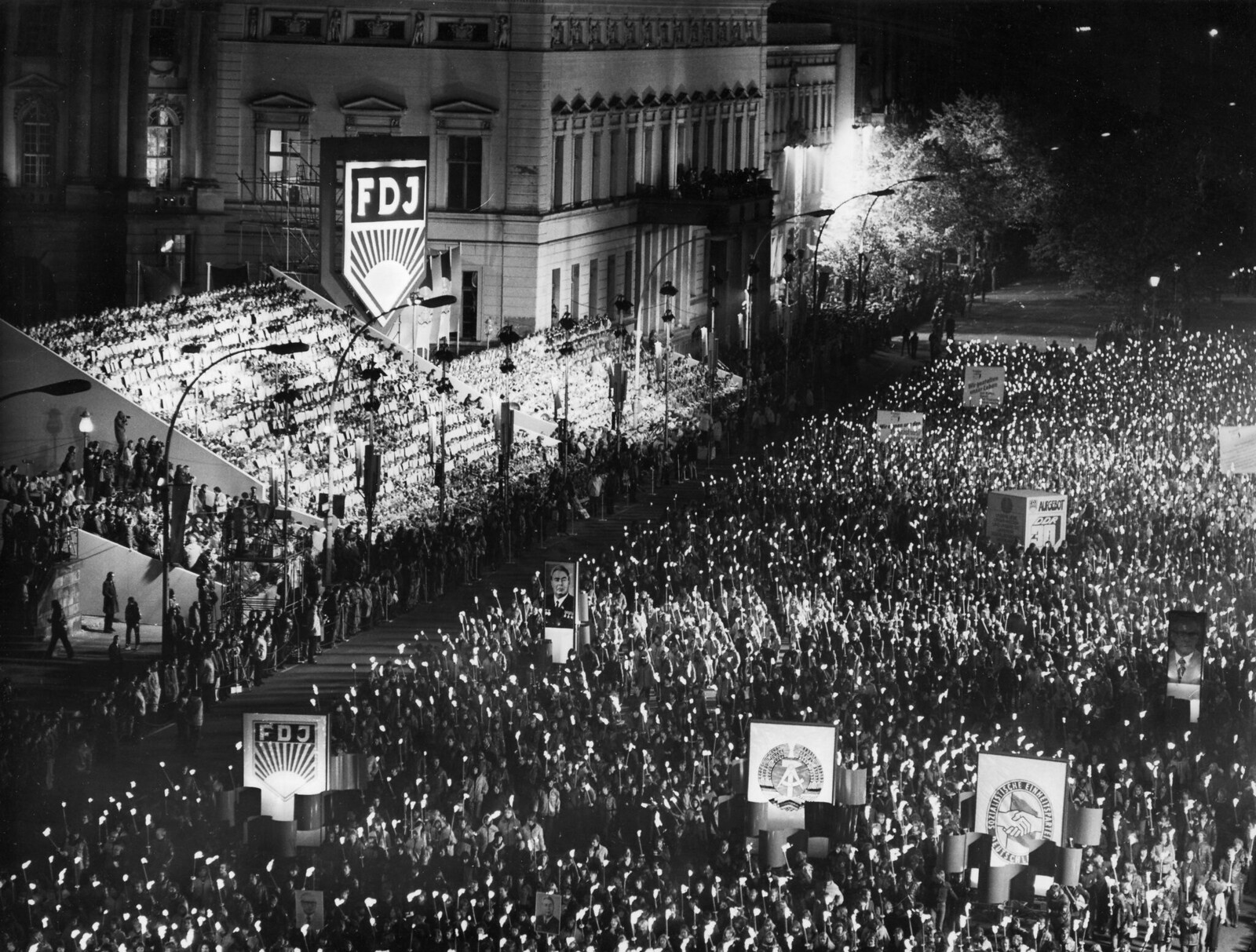 1979. Факельное шествие немецких молодежных организаций в честь 30-летия основания ГДР на проспекте Унтер-дер-Линден в Берлине, 10 октября