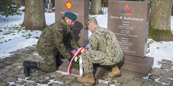 Una bella tradición de recuerdo a dos caídos del Ejército de EEUU en un cementerio polaco