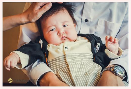 100日祝い パパのお膝に抱っこされる男の子赤ちゃん