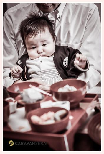 100日祝い お食い初め 料理を見つめる赤ちゃん