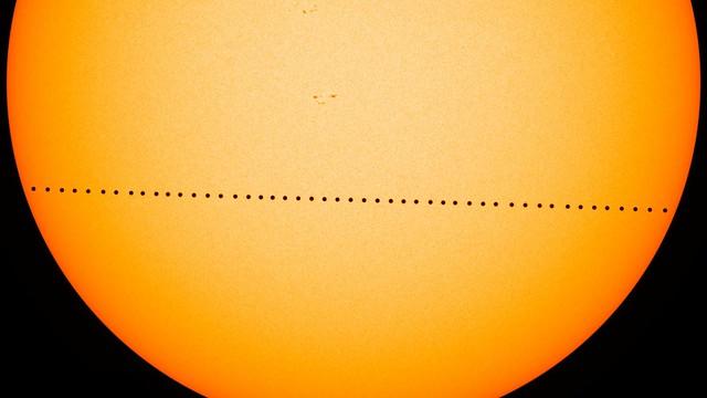 VCSE - A pontsorozat a Merkúr bolygót mutatja a 2016. évi Merkúr-átvonulás során. A tranzit során különböző időpillanatokban lefényképezték a bolygót, és a képeket egybe dolgozták. Jól látszik a napkorong széle felé a szélsötétetés jelensége (ezt a Nap légköre hozza létre), és egy-egy apró napfoltkezdemény is. Az SDO (Solar Dyanimcs Observatory) műhold felvételeiből. - Forrás: NASA's Goddard Space Flight Center/SDO/Genna Duberstein