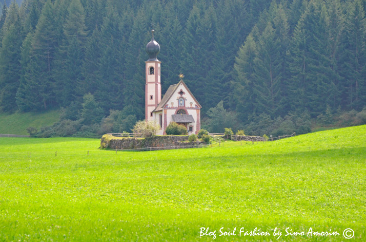E vista pela manhã. ess igreja fica dentro de uma propriedade particular e paga-se para visitá-la.