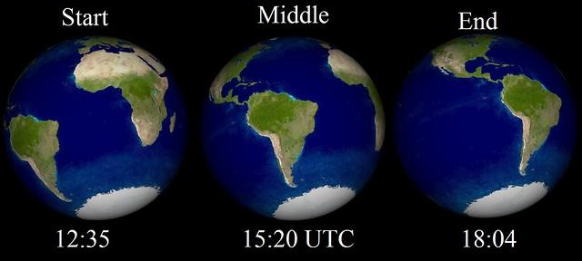 VCSE - A Föld képe a Nap közepéből nézve a jelenség során. Az időpontok UT-ben vannak. Látható, hogy míg alacsonyan megfigyelhetjük a Napot Európából a jelenség kezdetén és közepén, a végén már nem látszik Európából a Nap, így ajelenség végéről most lemaradunk. - Forrás: wikipedia