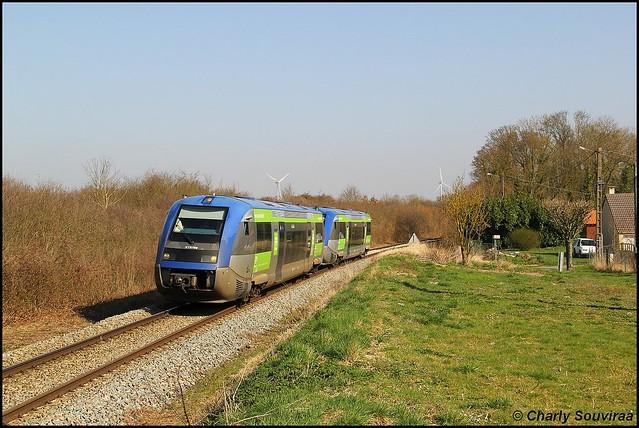 Cette UM d'X73500 assure un TER Amiens - Compiegne, X 73759 à Domélien le 16 mars 2017.