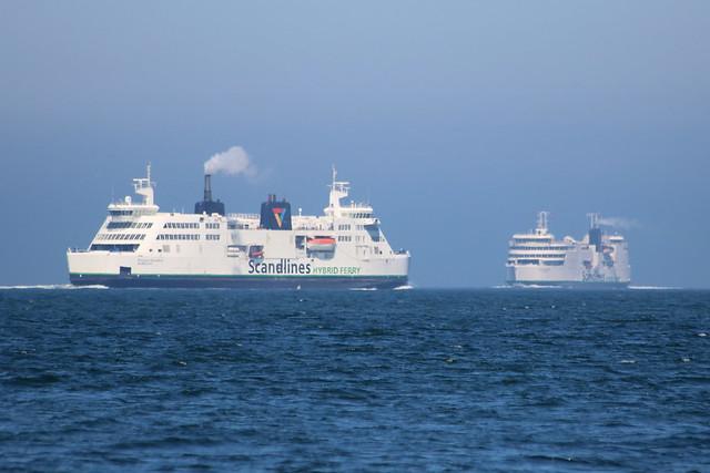 Scandlines Doppelendfähren PRINSESSE BENEDIKTE und DEUTSCHLAND begegenen sich auf dem Fehmarnbelt
