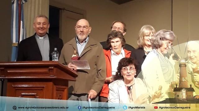 José Cianfanelli recibiendo el reconocimiento de Divino Maestro