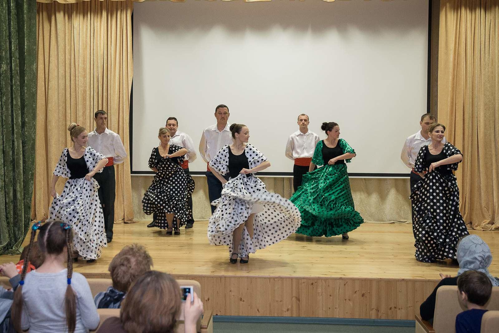 Искрометный испанский танец – отсыл к драме «Испанцы»