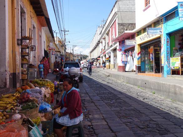 DSC00286 GuatemalaQuetzaltenango WinkelstraatAchterDeMarkthal