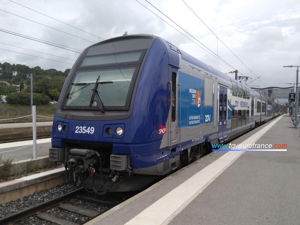 L'automotrice Z23549 arborant la nouvelle livrée ZOU de la Région Sud Provence-Alpes-Côte d'Azur