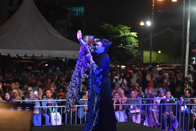 persembahan memukau Dato Khadijah Ibrahim