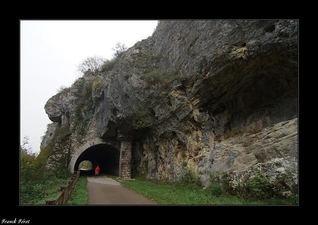 Tunnel avec pilier de soutènement de l'ancienne voie ferrée Salins- Mouchard - Jura