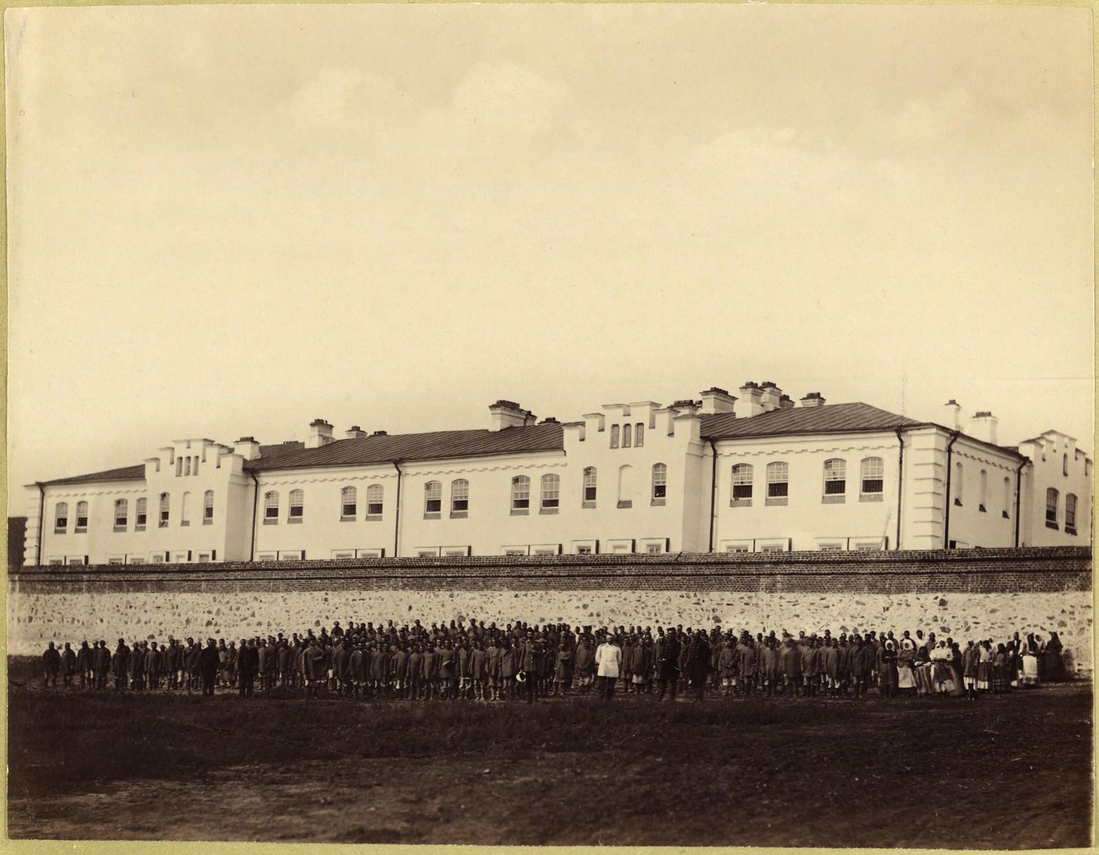 11. Арестанты внетюремного разряда на молитве перед Горно-Зерентуйской тюрьмой