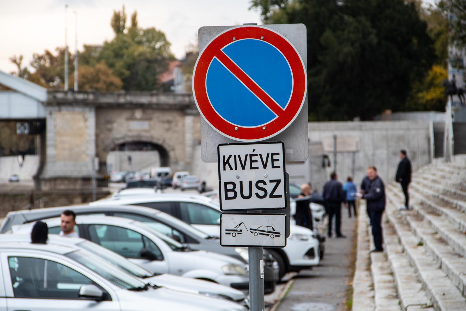 Tucatjával büntetik az autókat a rakparton