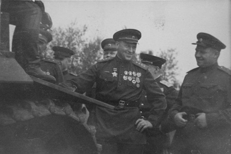 Курская дуга август 1943г. Командующий Центральным фронтом генерал армии К.К. Рокоссовский осматривает танк Pz.Kpfw.VI «Тигр», подбитый артиллеристами 307-й дивизии под Понырями в июле 1943 года