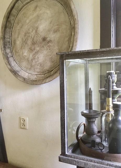 Glazen box met kandelaars houten schaal muur