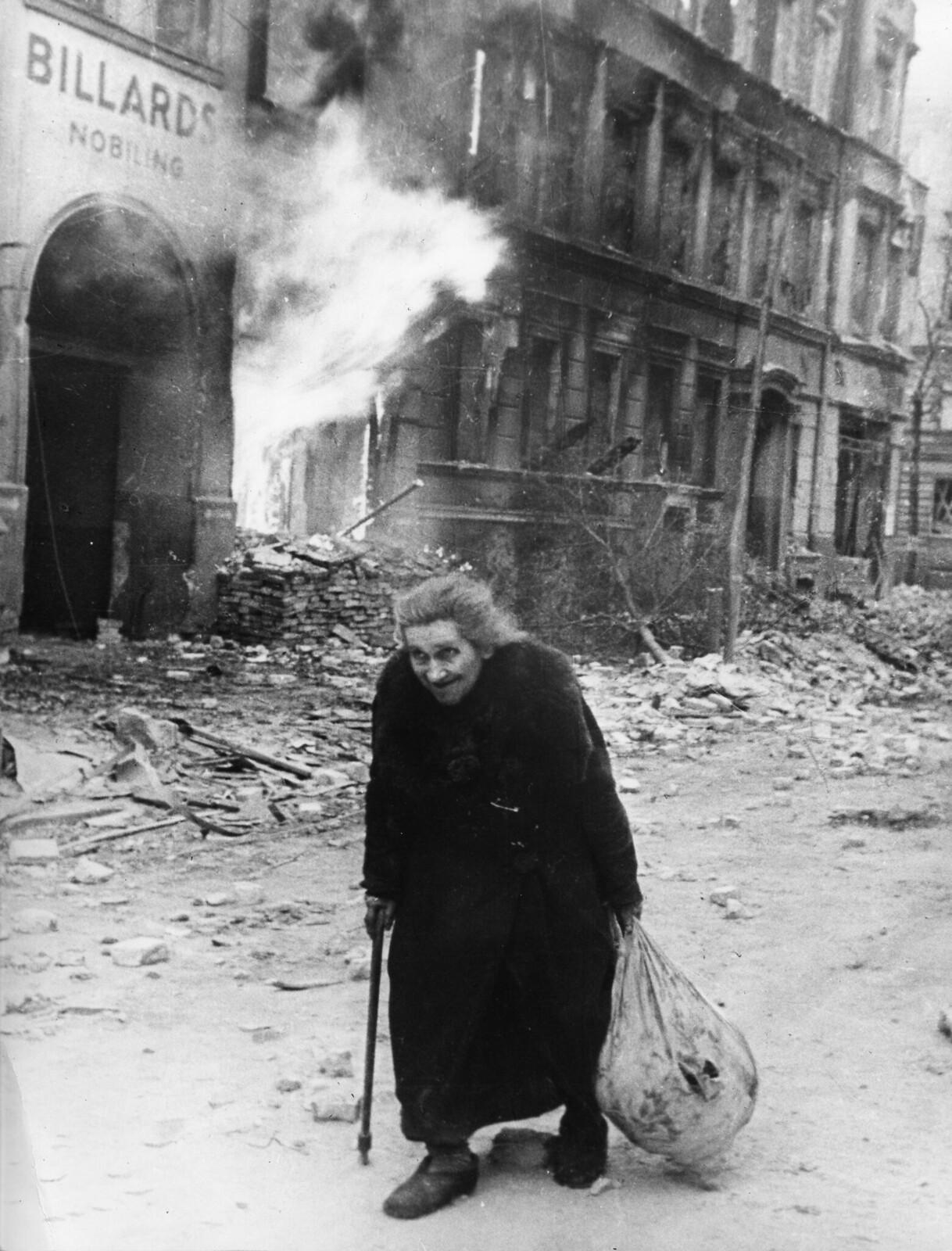 1945. Старая немка идет по дымящимся руинам Берлина после того, как город был захвачен Красной армией