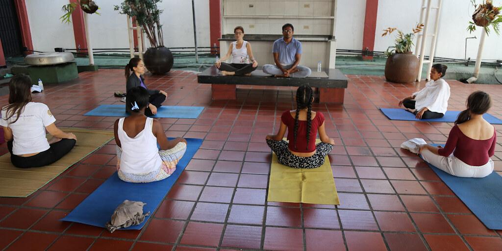 Trabajadores de la Cancillería venezolana conocen los beneficios del Yoga Nidra