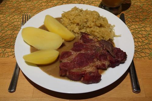 Kassler mit Sauerkraut, Salzkartoffeln und Soße