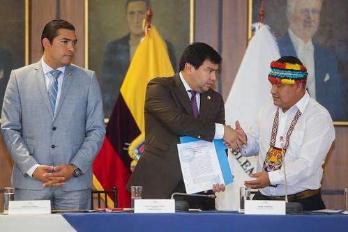 PRESIDENTE DE LA ASAMBLEA NACIONAL, CÉSAR LITARDO RECIBIÓ DEL PARLAMENTO POPULAR DE LOS PUEBLOS DE ECUADOR, LIDERADO POR LA CONAIE LA PROPUESTA ALTERNATIVA A LA LEY CRECIMIENTO ECONÓMICO. QUITO, 6 DE NOVIEMBRE 2019.