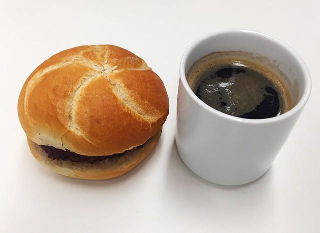 Bun & coffe mug / Fleischpflanzerlsemmel & Tasse Kaffee