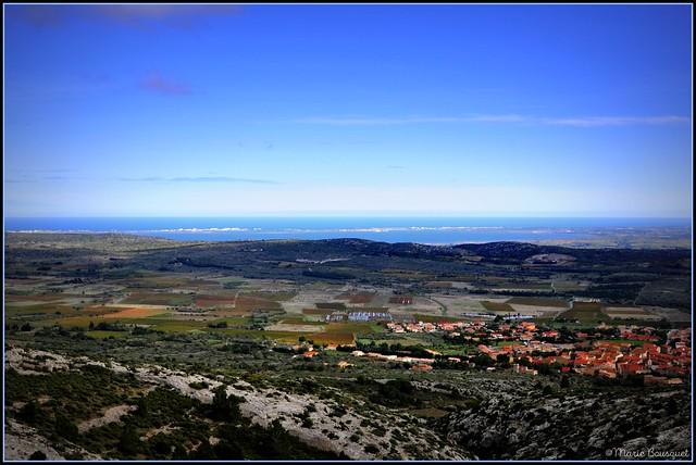 Vue sur la plaine et la Méditerranée depuis le village abandonné de Périllos