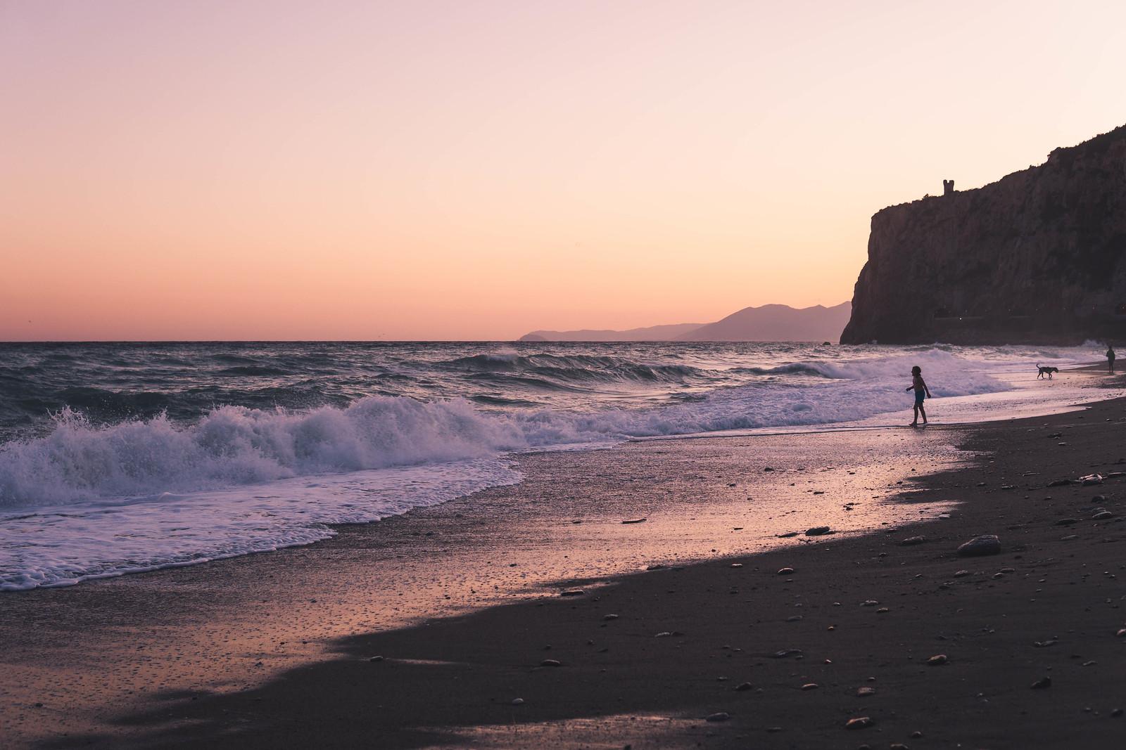 Auringonlaskun aikaan Finalen rannalla