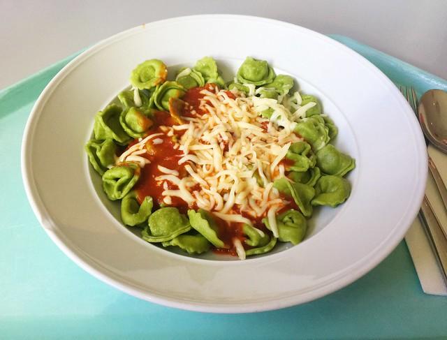 Spinach ricotta tortellini with tomato sauce / Spinat-Ricotta-Tortellini mit Tomatensauce