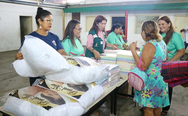 Vítimas do incêndio no Educandos recebem mais donativos da prefeitura