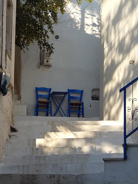 deux chaises et une table
