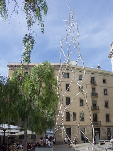 Homenatge als castellers (2012), escultor Antoni Llena, plaça de Sant Miquel, Barcelona. Acer inoxidable.