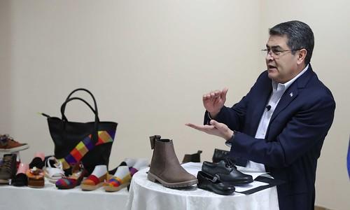 Presidente Hernández motiva a productores de calzado poner de moda el zapato hondureño
