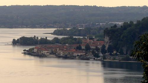 Lago Maggiore, vista verso Arona e l'omonima Rocca. Sentiero 'Valcabbia' da Meina a Nebbiuno. Alto Vergante (No, Piemonte, Italia).