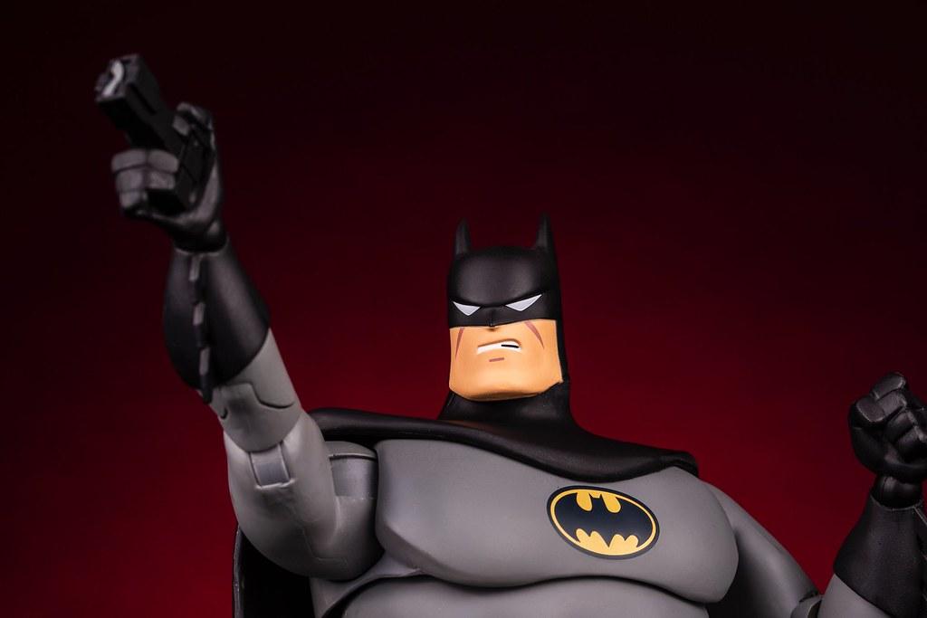 這次附上了老爺的裸顏頭雕! MONDO《蝙蝠俠:動畫系列》蝙蝠俠 (黑色變體版) Batman: The Animated Series Batman (Black Variant) 1/6 比例人偶