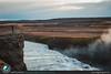 Ammirando l'enorme cascata Gullfoss