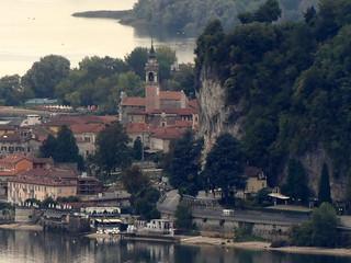 P136073Lago Maggiore, vista verso Arona. Spiccano il Campanile della Collegiata di Santa Maria Nascente e sulla destra la Rocca di Arona. Sentiero 'Valcabbia' da Meina a Nebbiuno. Alto Vergante (No, Piemonte, Italia).9