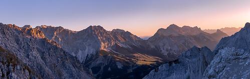 wettersteingebirge zugspitze jubiläumsgrat alpen berge gebirge mountainrange mountain montagne ehrwalderalm ehrwald mieming tirol österreich natur landschaft alpenglühen alpenglow panorama sonnenaufgang sunrise morgendämmerung dawn aube canon eos 6d