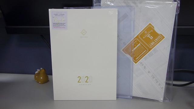 除了手帳外,有 PVC 透明書套、紙書衣與小卡@Take a Note 2020手帳