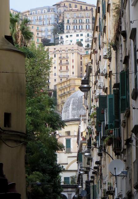 Dans les rues de Chiaia, vue sur le Vomero, Naples, Campanie, Italie.