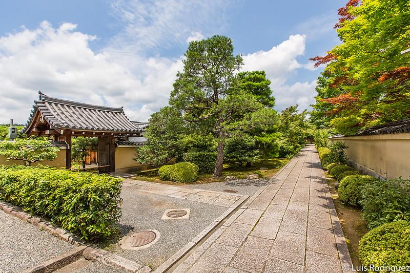 Entrada al templo Nyoi-an, a la izquierda de la imagen