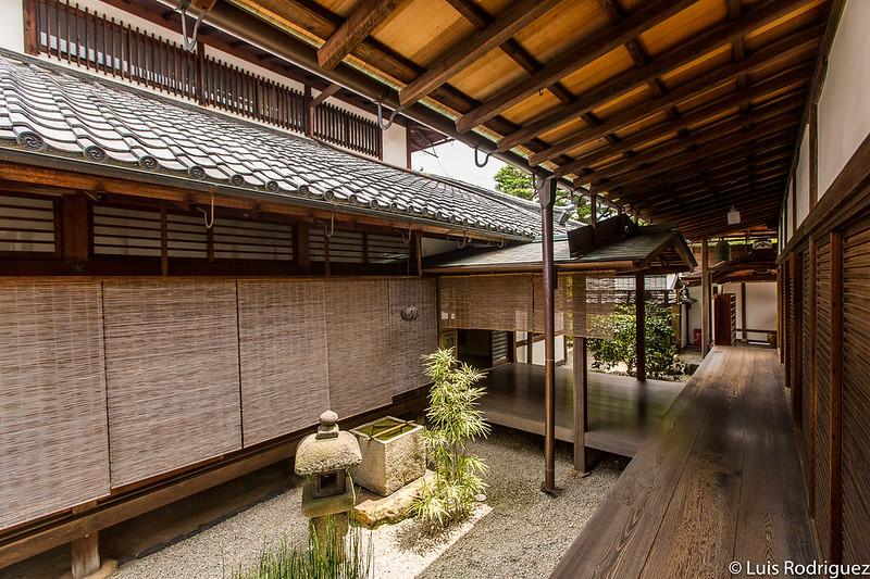 Lámpara y pileta de agua en el jardín zen del templo Daitokuji