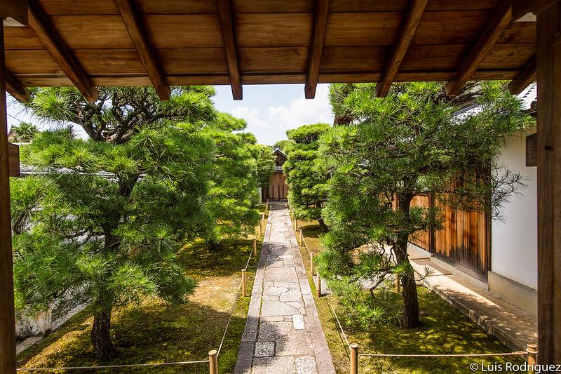 Jardín de entrada al templo Nyoi-an