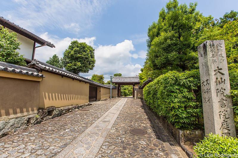 Lateral del templo Juko-in (y puerta de acceso al templo Hoshun-in al fondo)