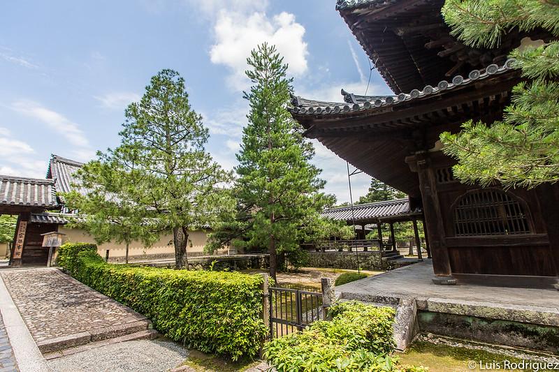 Detrás de los árboles se encuentra la puerta Karamon
