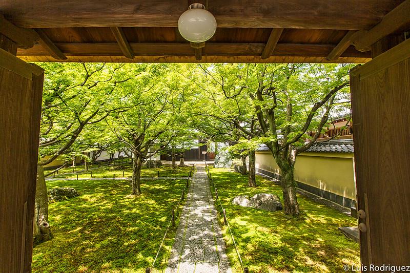 Jardines de entrada del templo Obai-in