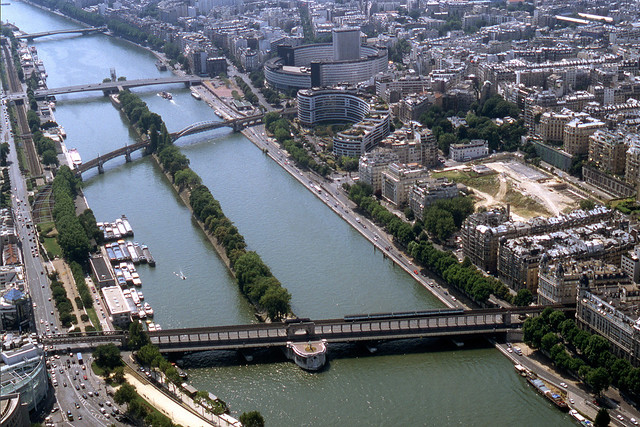 R9333.  Métro Line 6 from top of the Tour Eiffel.